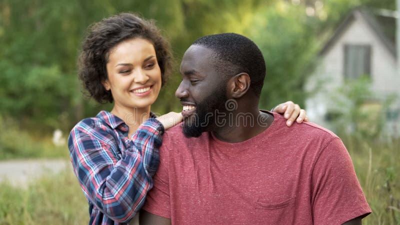 Recém-casado feliz que aprecia gastando a lua de mel na casa de campo confortável no campo imagem de stock royalty free