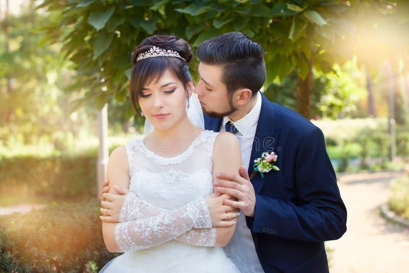 Recém-casados à moda em seu dia do casamento fotografia de stock