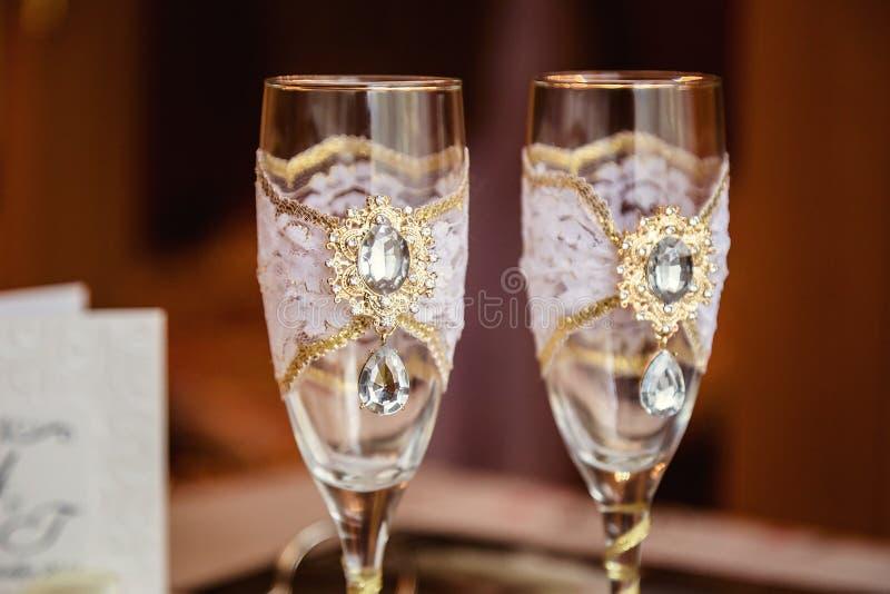 Recém-casados bonitos dos vidros do casamento fotografia de stock