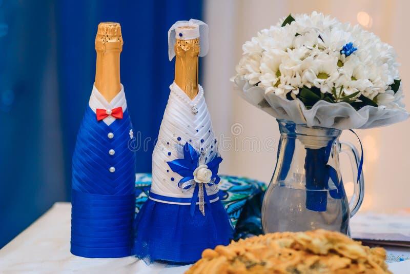 Recém-casados do champanhe do casamento foto de stock royalty free