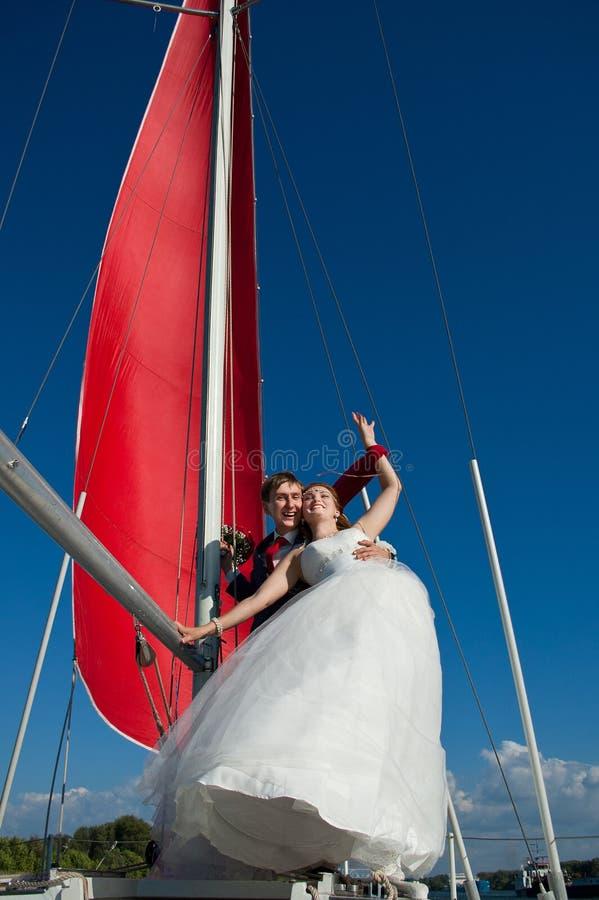 Recém-casados felizes na caminhada imagem de stock royalty free