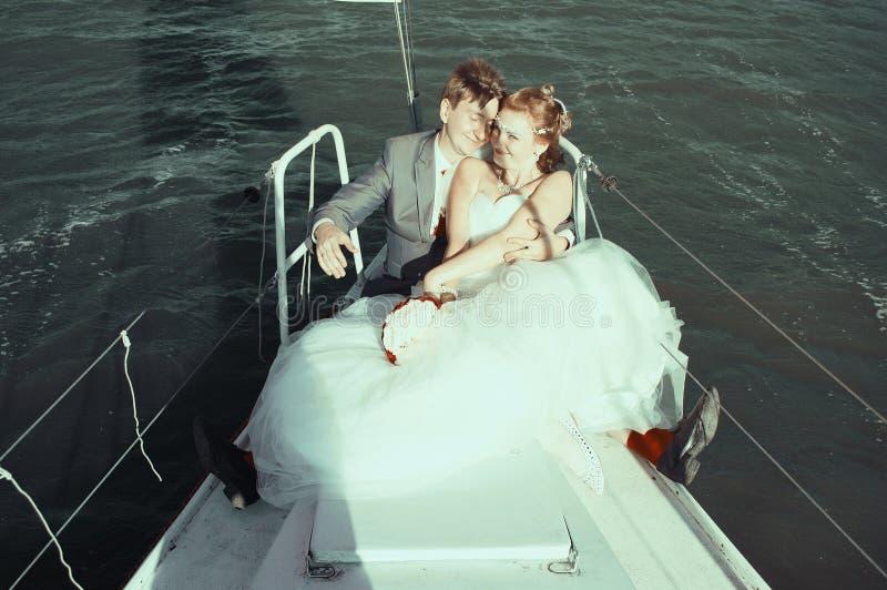 Recém-casados felizes na caminhada fotografia de stock