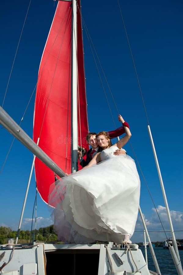 Recém-casados felizes na caminhada fotos de stock royalty free