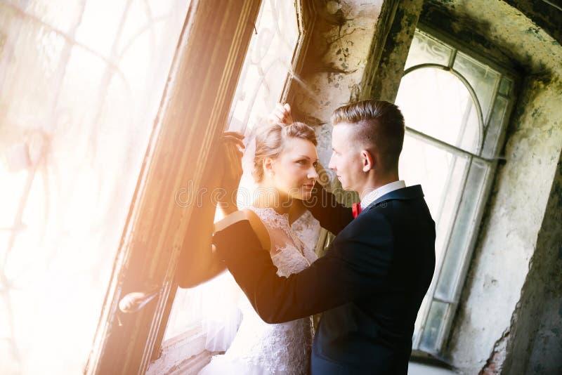 Recém-casados que beijam perto da porta velha fotos de stock
