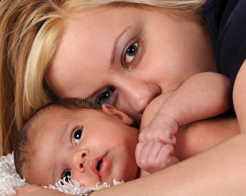 Recém-nascido e mamã foto de stock royalty free