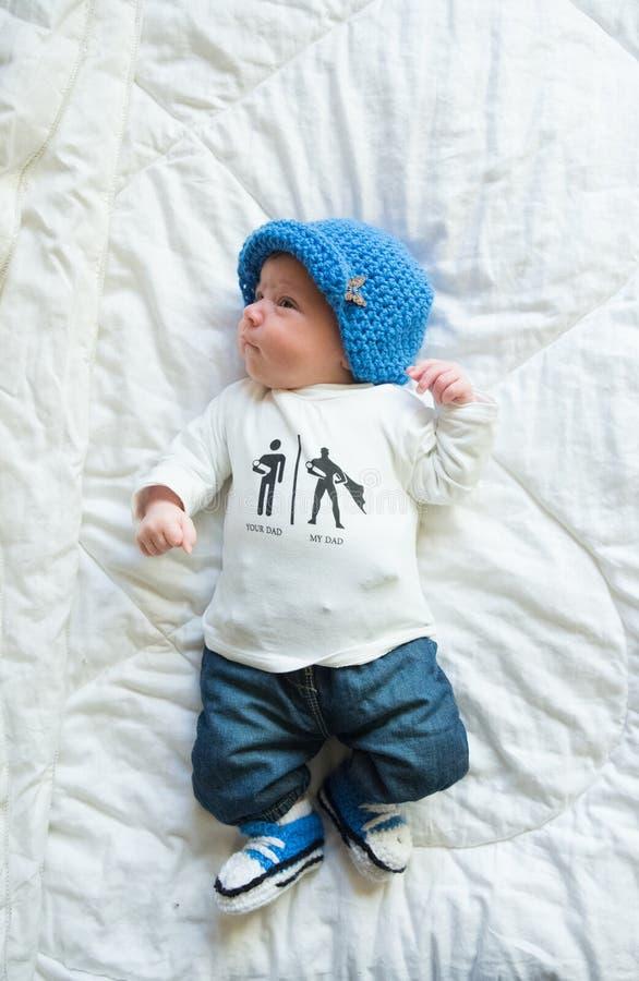 Recém-nascido fresco nas calças de brim fotos de stock
