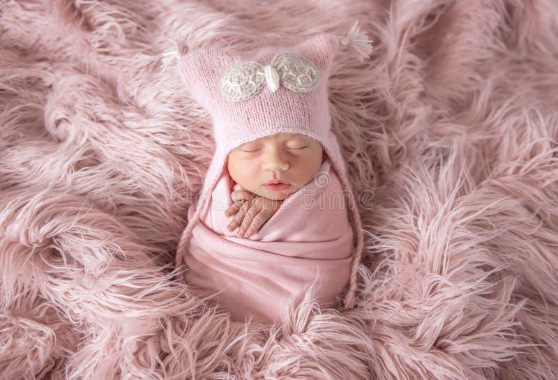 Recém-nascido no chapéu do beanie em um tapete desgrenhado fotografia de stock