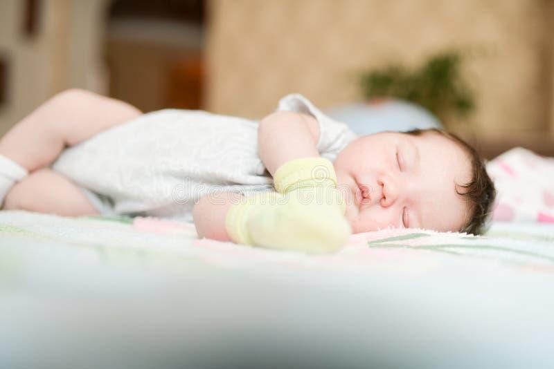 Recém-nascidos dormindo em luvas Proteja as mãos de arranhões acidentais durante o sono cuidados da mãe imagem de stock royalty free