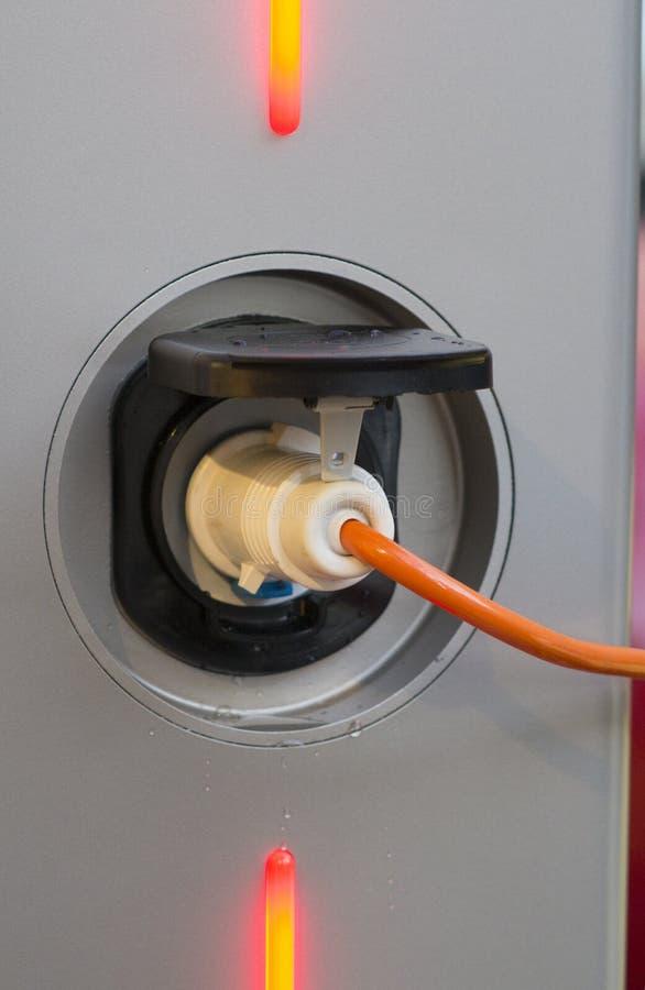 Recarga de un coche eléctrico fotografía de archivo libre de regalías