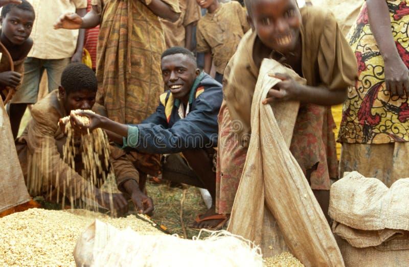 Recebendo cadeias alimentares do PMA, Burundi fotografia de stock