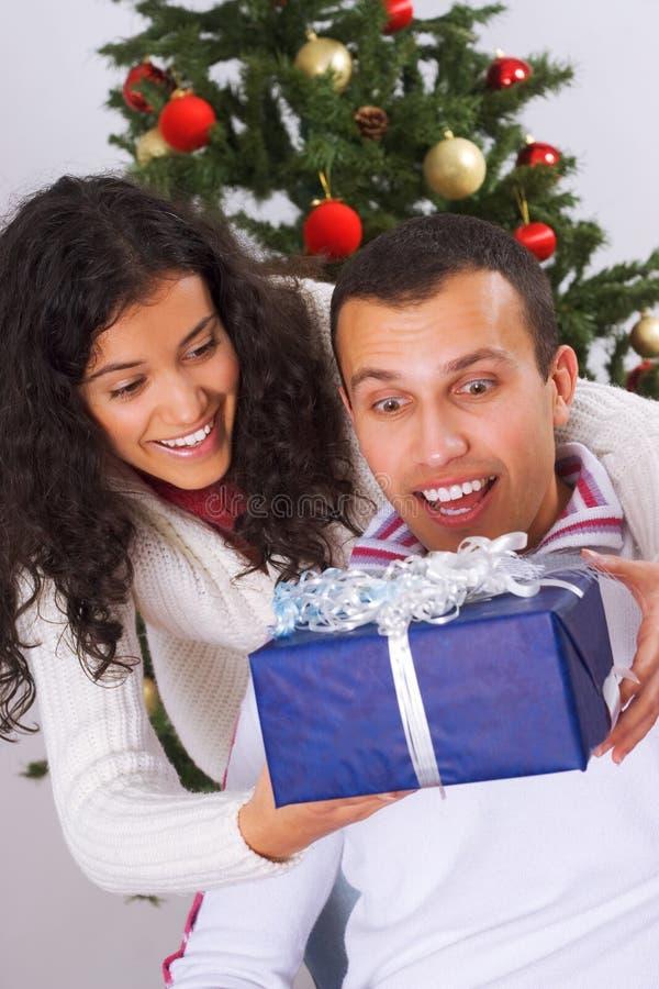Recebendo o presente de Natal imagem de stock royalty free