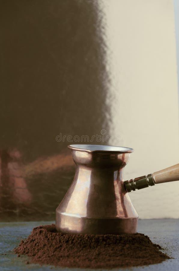 Receipe turco tradizionale di preparazione del caffè saporito con cezve e caffè macinato Fondo dorato, colpo verticale immagini stock