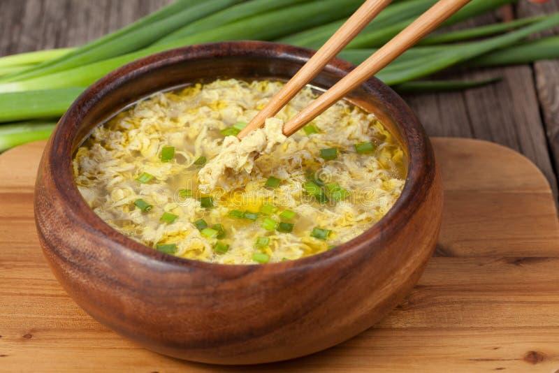 Receita étnica tradicional do restaurante da sopa da gota do ovo fotos de stock