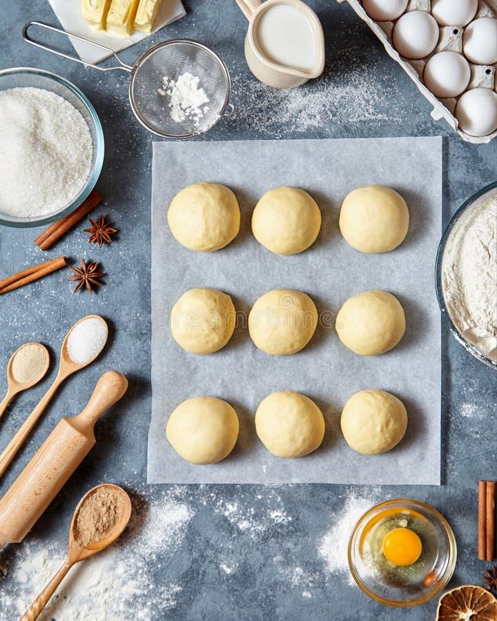 Receita caseiro tradicional da preparação da massa dos bolos, configuração do plano do alimento dos ingridients imagem de stock