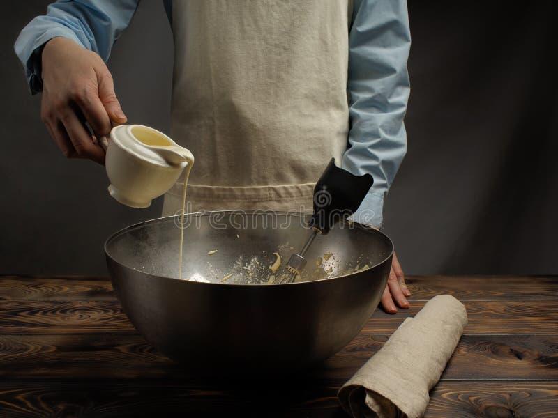 Receita do cozimento de uma sobremesa do Tiramisu, quarto da parte: 'Creme de chicoteamento ' imagens de stock royalty free