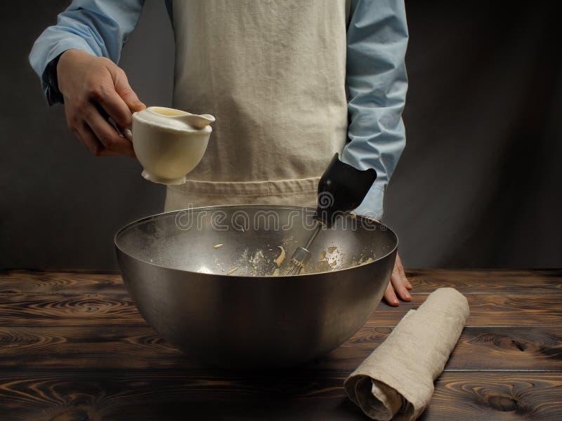 Receita do cozimento de uma sobremesa do Tiramisu, quarto da parte: 'Creme de chicoteamento ' fotos de stock royalty free