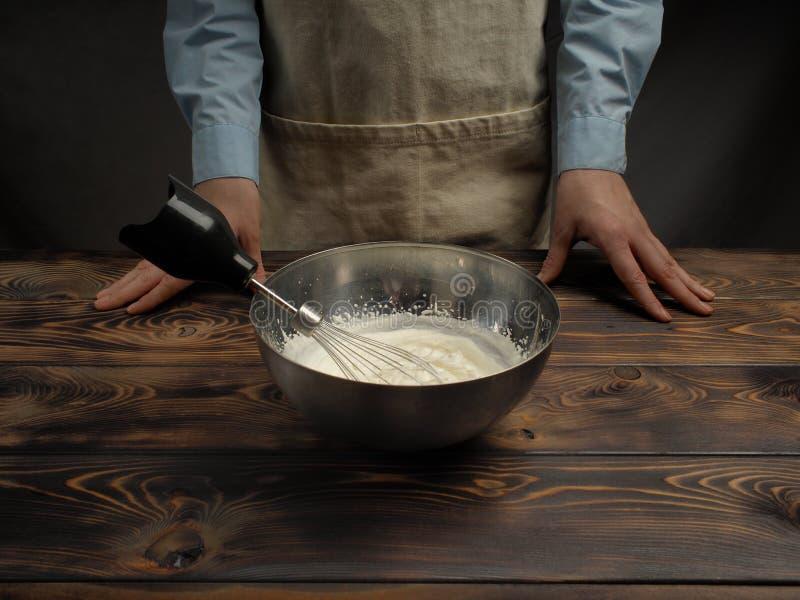Receita do cozimento de uma sobremesa do Tiramisu, quarto da parte: 'Creme de chicoteamento ' imagem de stock