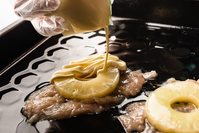 receita para a faixa da galinha com queijo e abacaxi vista superior na bandeja de cozimento do forno mãos que derramam a maionese fotos de stock