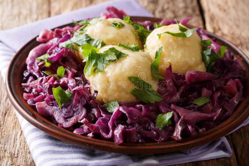 Receita tradicional de bolinhas de massa alemãs da batata com vermelho cozido Ca fotografia de stock
