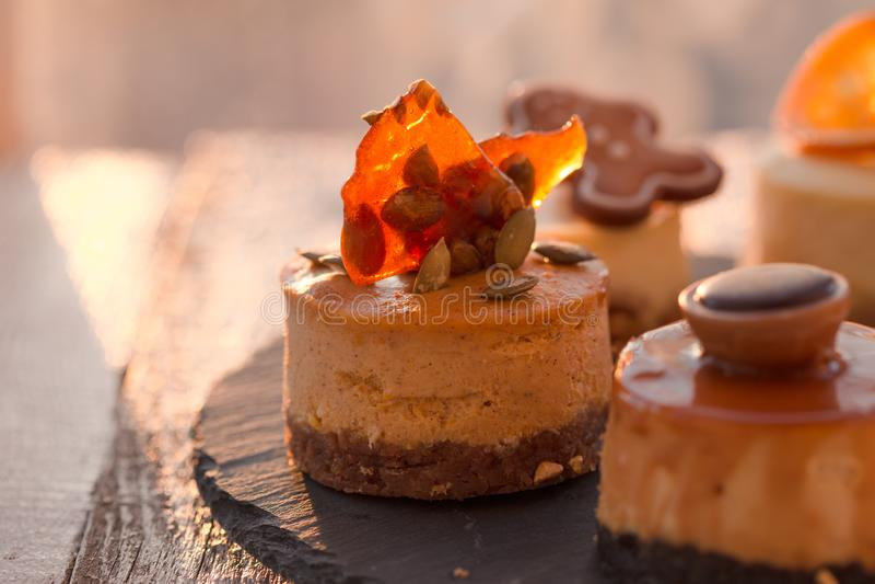 Receita tradicional do bolo do inverno do bolo de queijo do Natal Fatia do bolo de queijo fotos de stock royalty free