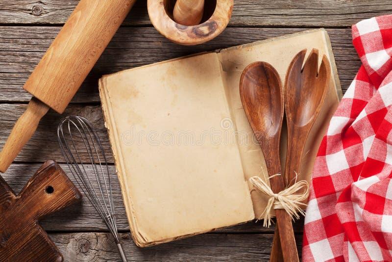 Receita vazia do vintage que cozinha o livro e os utensílios fotografia de stock