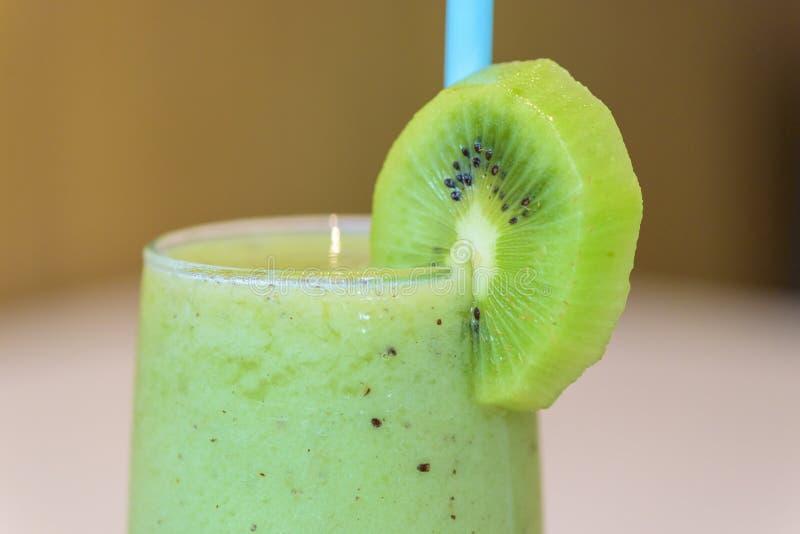 Receita verde do batido de fruta do quivi foto de stock