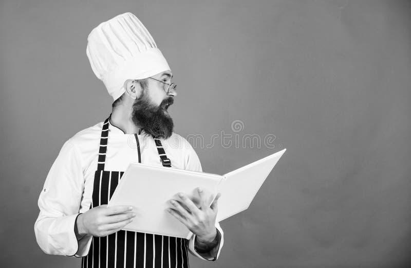 Receitas do livro i m Conceito das artes culin?rias O cozinheiro amador leu receitas do livro fotos de stock royalty free