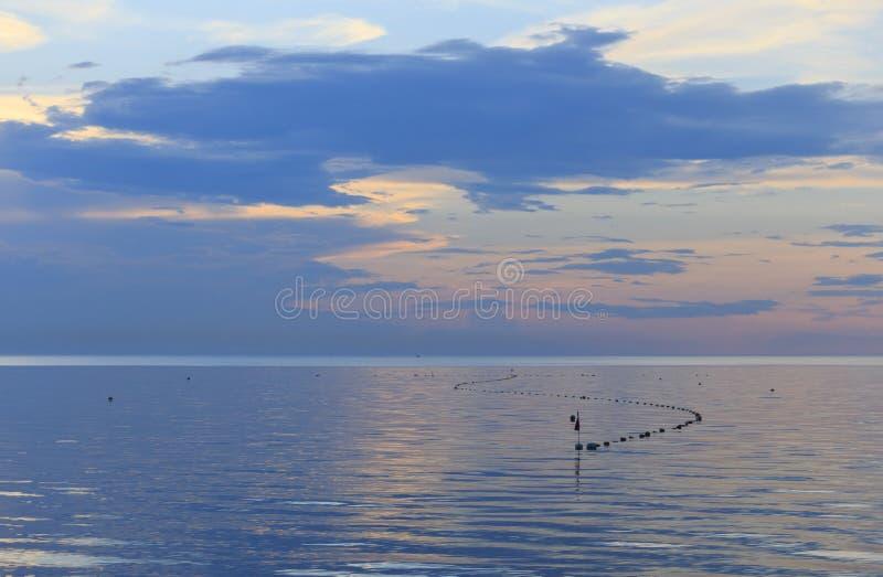 Recente bewolkte de zomeravond, in overzeese netten van visserij royalty-vrije stock afbeeldingen