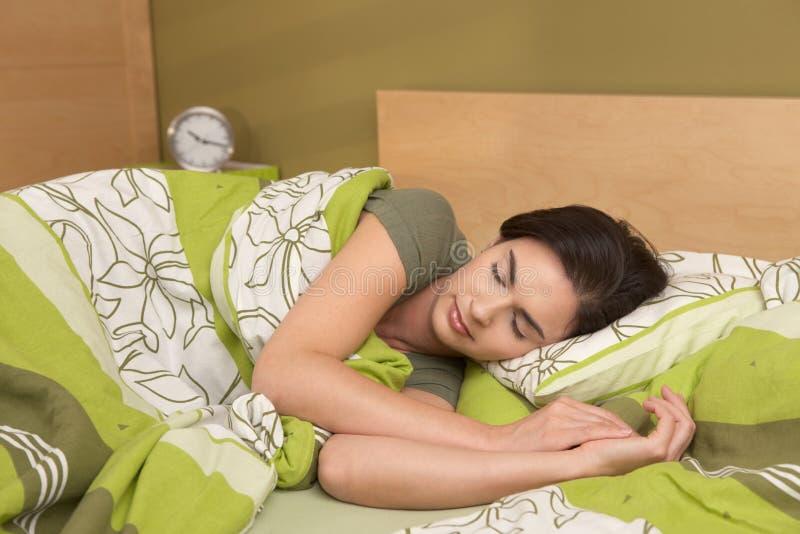 Recente de slaap van de vrouw stock afbeelding