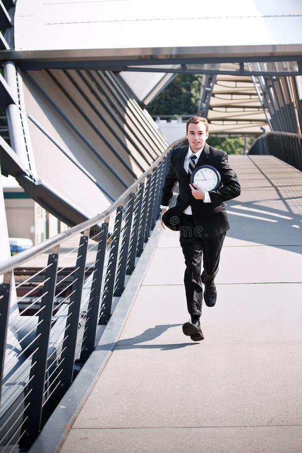 Recente Kaukasische zakenman in een stormloop royalty-vrije stock fotografie