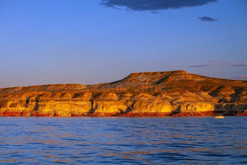 Recente Middaglicht op Woestijnheuvel in Wahweap-Baai van Meer Powell Arizona stock foto
