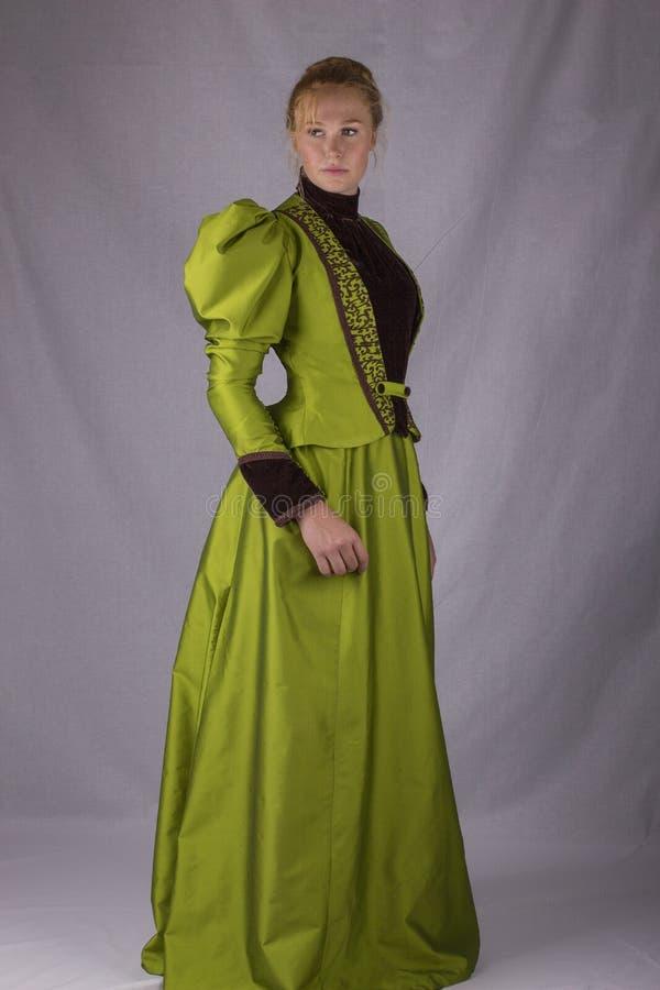 Recente Victoriaanse vrouw in groen zijdeensemble royalty-vrije stock foto