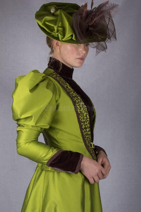 Recente Victoriaanse vrouw in groen zijdeensemble royalty-vrije stock fotografie