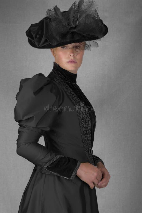 Recente Victoriaanse vrouw in groen zijdeensemble royalty-vrije stock afbeeldingen