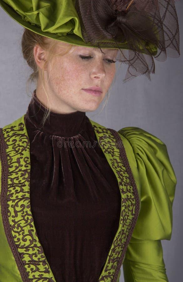 Recente Victoriaanse vrouw in groen zijdeensemble stock afbeeldingen