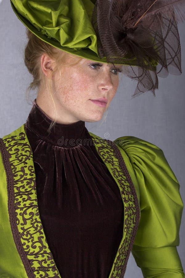 Recente Victoriaanse vrouw in groen zijdeensemble royalty-vrije stock foto's