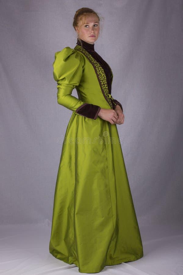 Recente Victoriaanse vrouw in groen zijdeensemble stock fotografie