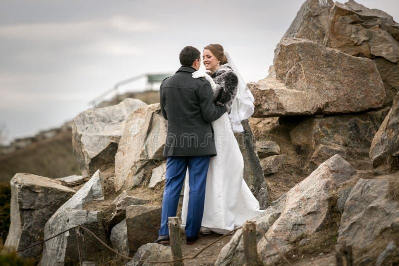 Recentemente casal que anda em montanhas altas fotos de stock