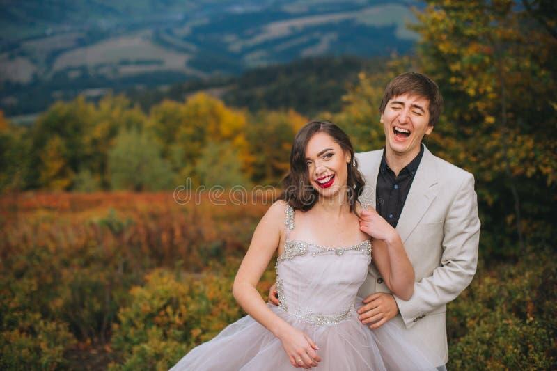 Recentemente casal que levanta nas montanhas fotografia de stock royalty free
