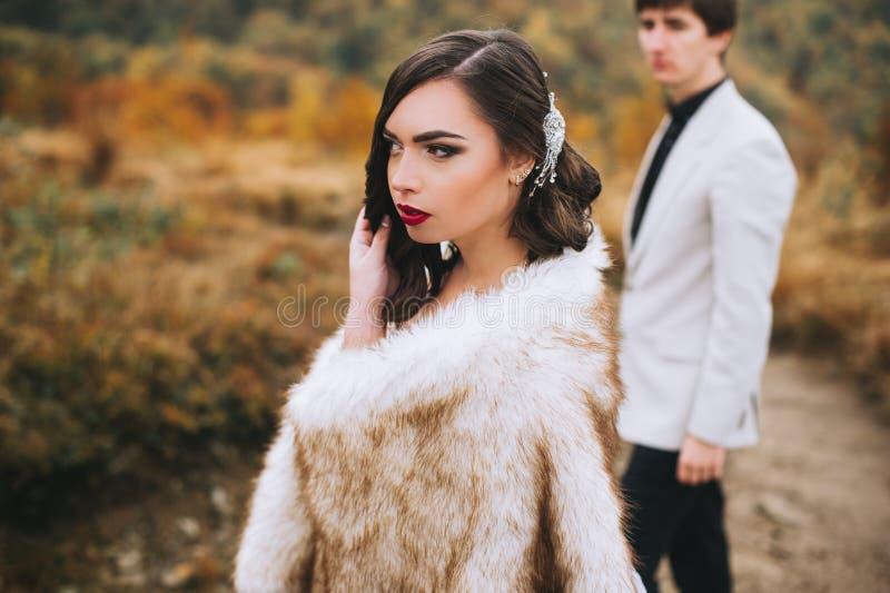 Recentemente casal que levanta nas montanhas fotos de stock royalty free