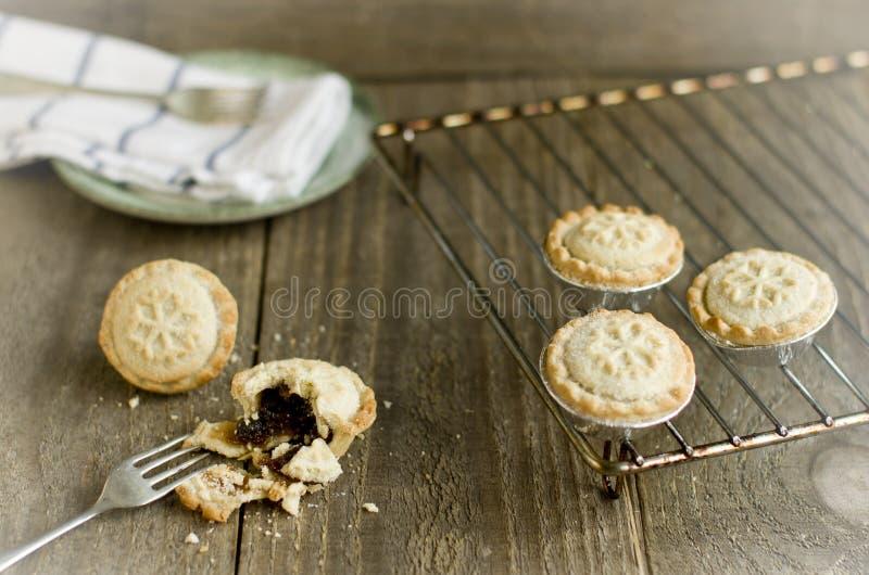 Recentemente caseiro triture tortas em uma cremalheira refrigerando Tradit do Natal foto de stock