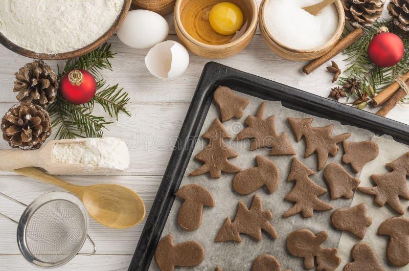 Recentemente cozinhando cookies do Natal em uma bandeja de cozimento em um fundo branco de madeira Vista superior foto de stock royalty free