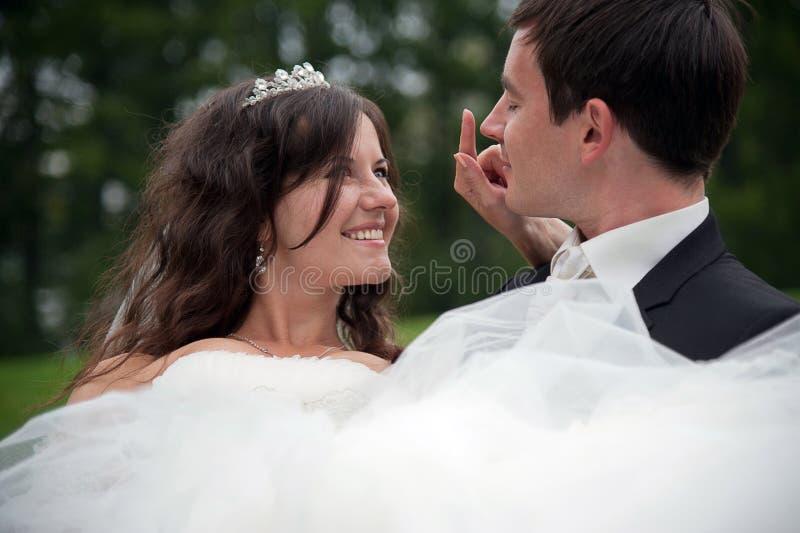 Recentemente dança do casal no campo imagens de stock
