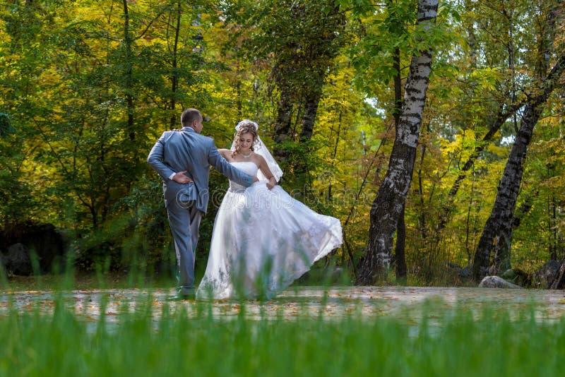 Recentemente dança do casal no campo. fotografia de stock royalty free