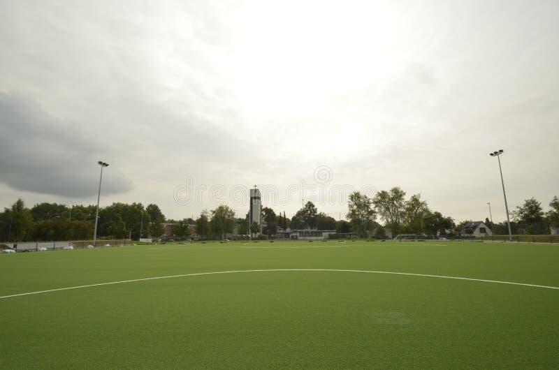 Recentemente ha posto il tappeto erboso artificiale, campo da calcio sullo stadio di football americano immagini stock libere da diritti
