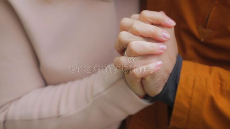 Recentemente mani della holding della coppia sposata Le giovani coppie nell'amore che cammina in autunno parcheggiano tenersi per fotografia stock