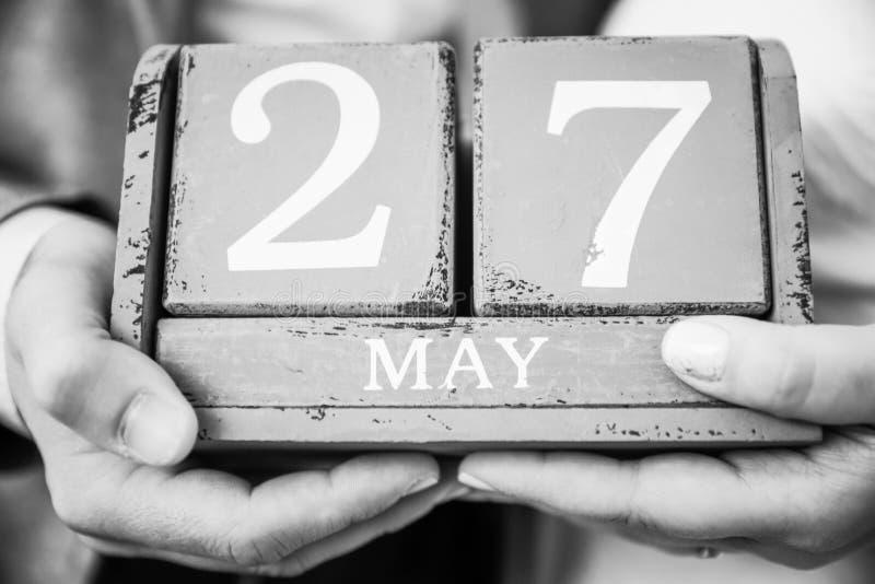 Recentemente mercoledì coppie tenuta data del 27 maggio in loro mani fotografie stock