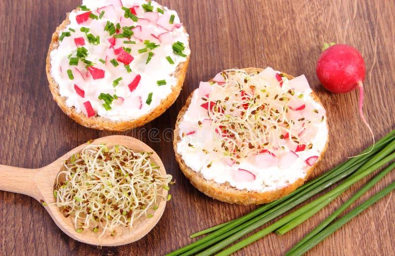 Recentemente sanduíche com requeijão e vegetais, nutrição saudável foto de stock royalty free