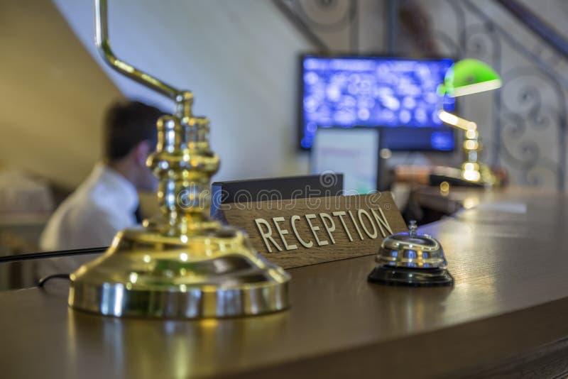 Recepção do hotel com foco no sinal da recepção imagem de stock