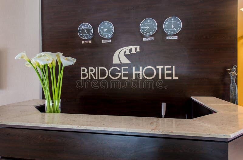 A recepção do hotel com mesa e pulsos de disparo fotos de stock royalty free